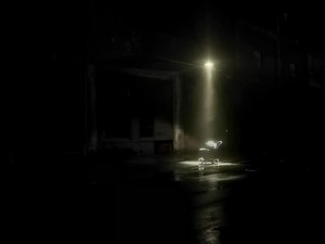 детская коляска на тёмной улице