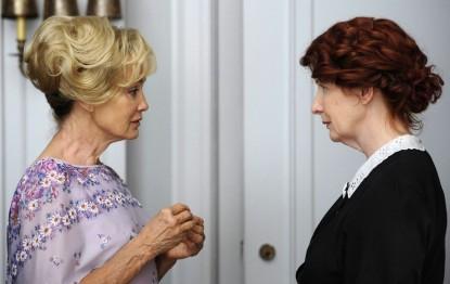Джессика Лэнг слева. Справа - старая версия Мойры в исполнении Фрэнсис Конрой